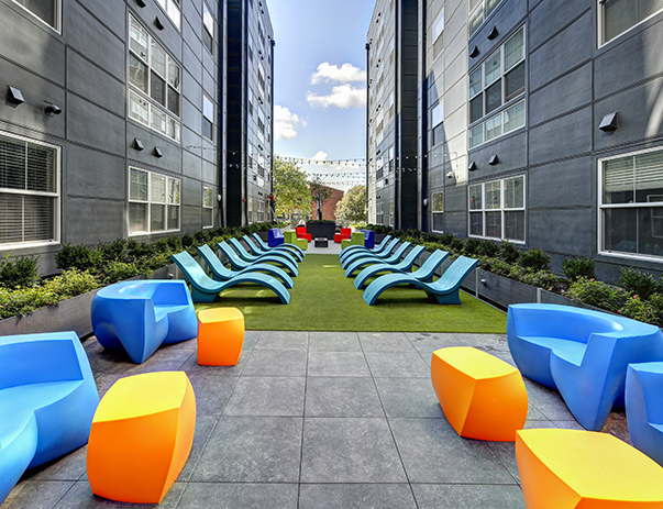 Open-air courtyard lounge at The Suites at Third near UIUC
