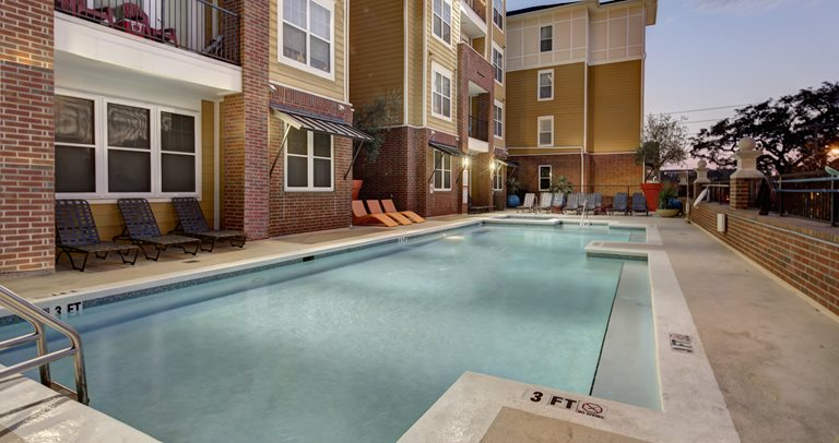 Swimming pool, hot tub and sundeck at 601 Copeland near FSU